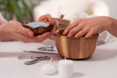 Conceito do Manicure Pregos bonitos da mão do ` s da mulher nos termas Fotos de Stock Royalty Free