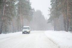 Conceito do mau tempo e perigoso na estrada no inverno Fotografia de Stock Royalty Free