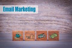Conceito do mercado do email Objetos de madeira em um fundo textured escuro imagens de stock