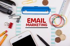 Conceito do mercado do email Mesa de escrit?rio com artigos de papelaria fotografia de stock royalty free