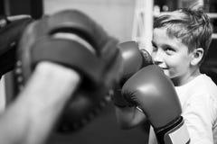Conceito do movimento do exercício do encaixotamento do treinamento do menino foto de stock