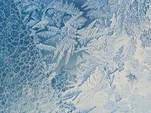 Conceito do mundo de fantasia da estação de feriados do inverno: Imagem macro de testes padrões azuis de Frosty Window Glass Natu foto de stock