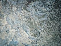 Conceito do mundo de fantasia da estação de feriados do inverno: Imagem macro de testes padrões de Frosty Window Glass Natural Ic foto de stock royalty free