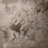 Conceito do mundo de fantasia da estação de feriados do inverno: Imagem macro do vintage de testes padrões de Frosty Window Glass foto de stock