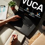 Conceito do mundo de VUCA na tela Volatilidade, incerteza, complexidade, ambiguidade imagem de stock royalty free