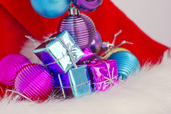 Conceito do Natal com os baubles no branco Fotos de Stock