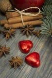 Conceito do Natal com porcas das especiarias e a maçã vermelha fotos de stock royalty free
