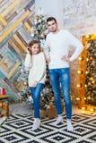 Conceito do Natal, forma pai e filha no pulôver elegante que levanta nos apartamentos luxuosos decorados para Fotografia de Stock Royalty Free