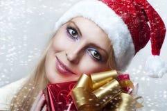 Conceito do Natal. mulher feliz com presente Fotos de Stock Royalty Free