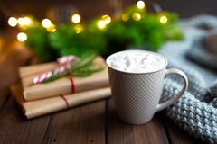 Conceito do Natal ou do ano novo ou do inverno Chocolate quente do cacau da xícara de café da caneca com marshmallow, presentes n fotografia de stock