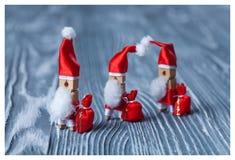 Conceito do Natal - pregador de roupa Três de Santa Claus Santa Claus retro com alguns sacos dos presentes Geada Papa Noel do pai Imagem de Stock