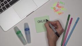 Conceito do negócio As fêmeas entregam a escrita do TREINAMENTO EM LINHA em notas adesivas video estoque