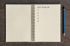 Conceito do negócio - caderno da vista superior que escreve 2017 para fazer a lista, pe Fotos de Stock Royalty Free