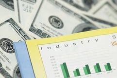 Conceito do negócio - cartas de barra e notas de banco do dólar Foto de Stock