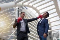 Conceito do negócio - conflitos que fazem o negócio foto de stock