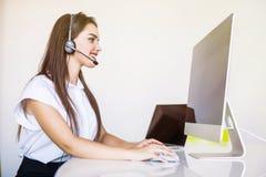 Conceito do negócio, da comunicação, da tecnologia e do centro de atendimento - operador fêmea amigável da linha aberta com fones imagens de stock