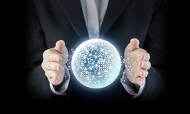 Conceito do negócio da mão da mulher de negócio com netw global digital fotografia de stock
