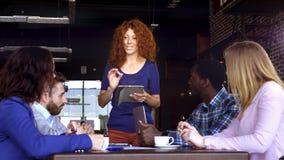 Conceito do negócio, da partida e dos povos - equipe criativa feliz com computadores e dobrador que discutem o projeto no sótão c filme
