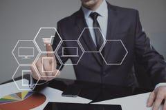 Conceito do negócio, da tecnologia, do Internet e dos trabalhos em rede carrinho de compras virtual tocante do homem de negócios fotos de stock