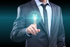 Conceito do negócio, da tecnologia, do Internet e dos trabalhos em rede - homem de negócios que pressiona o botão do yuan em tela Fotografia de Stock