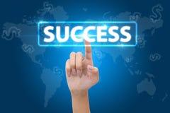 Conceito do negócio, da tecnologia, do Internet e dos trabalhos em rede - negócio que pressiona o botão do sucesso imagens de stock royalty free
