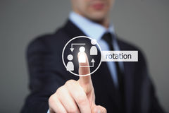 Conceito do negócio, da tecnologia e do Internet - homem de negócios que pressiona o botão da rotação em telas virtuais imagem de stock royalty free