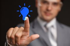 Conceito do negócio, da tecnologia, do Internet e dos trabalhos em rede - o homem de negócios que pressiona a ideia faz o botão d Imagens de Stock