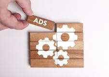 Conceito do negócio, da tecnologia, do Internet e da rede O homem de negócios novo mostra a palavra: ADS imagens de stock royalty free
