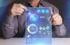 Conceito do negócio, da tecnologia, do Internet e da rede O homem de negócios novo que trabalha em uma tela virtual do futuro e v imagem de stock