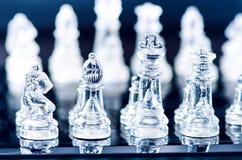 Conceito do negócio da xadrez da vitória Figuras da xadrez em uma reflexão do tabuleiro de xadrez jogo Conceito da competição e d Fotos de Stock
