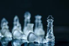 Conceito do negócio da xadrez da vitória Figuras da xadrez em uma reflexão do tabuleiro de xadrez jogo Conceito da competição e d Fotografia de Stock