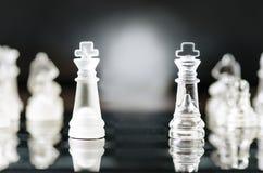 Conceito do negócio da xadrez da vitória Figuras da xadrez em uma reflexão do tabuleiro de xadrez jogo Conceito da competição e d Imagem de Stock