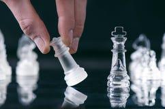 Conceito do negócio da xadrez da vitória Figuras da xadrez em uma reflexão do tabuleiro de xadrez jogo Conceito da competição e d Imagens de Stock Royalty Free