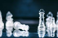 Conceito do negócio da xadrez da vitória Figuras da xadrez em uma reflexão do tabuleiro de xadrez jogo Conceito da competição e d Imagem de Stock Royalty Free