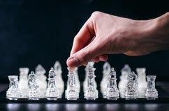 Conceito do negócio da xadrez da vitória Figuras da xadrez em uma reflexão do tabuleiro de xadrez jogo Conceito da competição e d Foto de Stock Royalty Free