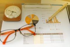 Conceito do negócio de gráficos do funcionamento e de análise do escritório foto de stock