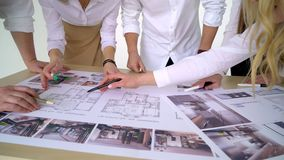 Conceito do negócio, dos povos, da arquitetura e do trabalho da equipe - próximo acima dos arquitetos team as mãos que apontam o  vídeos de arquivo