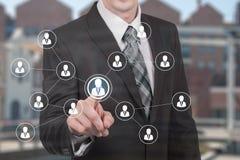 Conceito do negócio dos recursos humanos O homem de negócios pressiona o ícone da hora na tela virtual Imagens de Stock