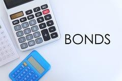 Conceito do negócio e da finança Vista superior da calculadora no fundo branco escrito com LIGAÇÕES imagem de stock royalty free
