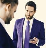 Conceito do negócio e das tecnologias Homens de negócios que verificam marcadores econômicos em dispositivos Homens no clássico Fotos de Stock Royalty Free