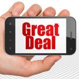 Conceito do negócio: Entregue guardar Smartphone com grande negócio na exposição Foto de Stock Royalty Free