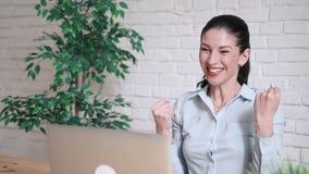 Conceito do negócio, do escritório, do vencimento, da realização e da educação - mulher das mãos levantadas vídeos de arquivo