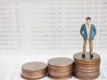Conceito do negócio figuras pequenas do homem de negócios que estão no calcula Imagens de Stock Royalty Free