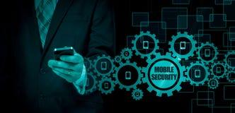 Conceito do negócio, homem de negócios com smartphone Tecnologia mundial da conexão Segurança móvel Imagens de Stock
