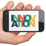 Conceito do negócio: Mão que guarda Smartphone com inovação na exposição Fotografia de Stock