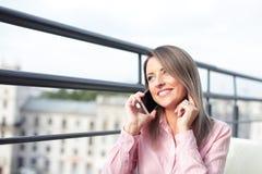 Conceito do negócio - mulher de negócios que fala no telefone foto de stock royalty free
