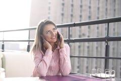 Conceito do negócio - mulher de negócios que fala no telefone imagem de stock