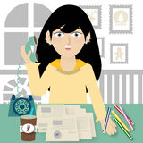 Conceito do negócio - mulher de negócios que fala no telefone no escritório ilustração stock