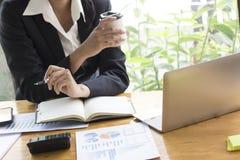 Conceito do negócio, mulher de negócio que trabalha discutindo as cartas imagem de stock royalty free