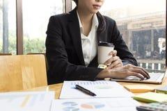 Conceito do negócio, mulher de negócio que trabalha discutindo as cartas foto de stock royalty free